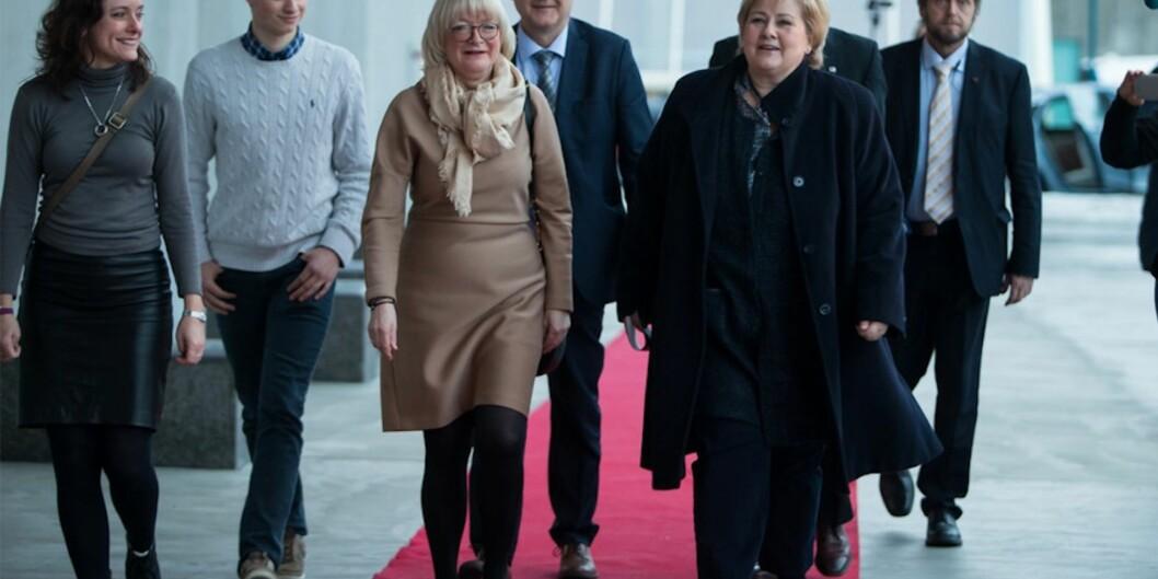 Rektor ved Høgskulen på Vestlandet, Berit Rokne leidde Erna Solberg opp den raude løparen til opninga av den nye høgskulen sist veke. Foto: Christian Blom, PåHøyden
