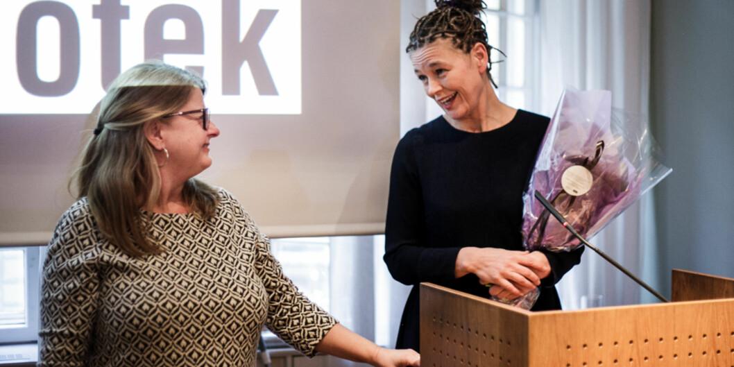 Prisen Årets bibliotek går til Realfagsbiblioteket på Universitetet i Oslo. – Vi er litt som knoll og tott, sa Live Rasmussen (til høyre), lederen ved biblioteket, og så på nestleder Heidi Rustad (tilvenstre). Foto: Nicklas Knudsen