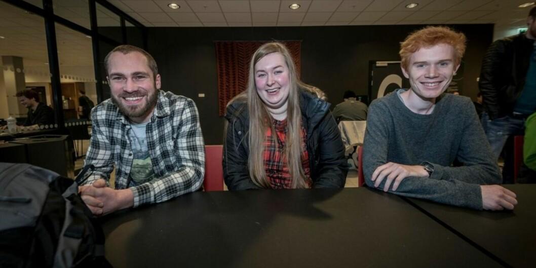 """Undervannsteknologi-studentene Simen Moe (27), Pia Sagerud (24) og Øystein Andersland (23) har høyere forventninger til <span class=""""caps"""">HVL</span> ennHiB. Foto: Tor Farstad"""