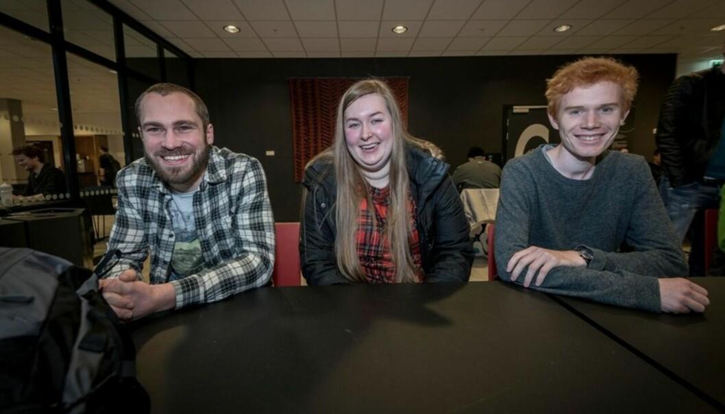 Undervannsteknologi-studentene Simen Moe (27), Pia Sagerud (24) og Øystein Andersland (23) har høyere forventninger til HVL ennHiB. Foto: Tor Farstad