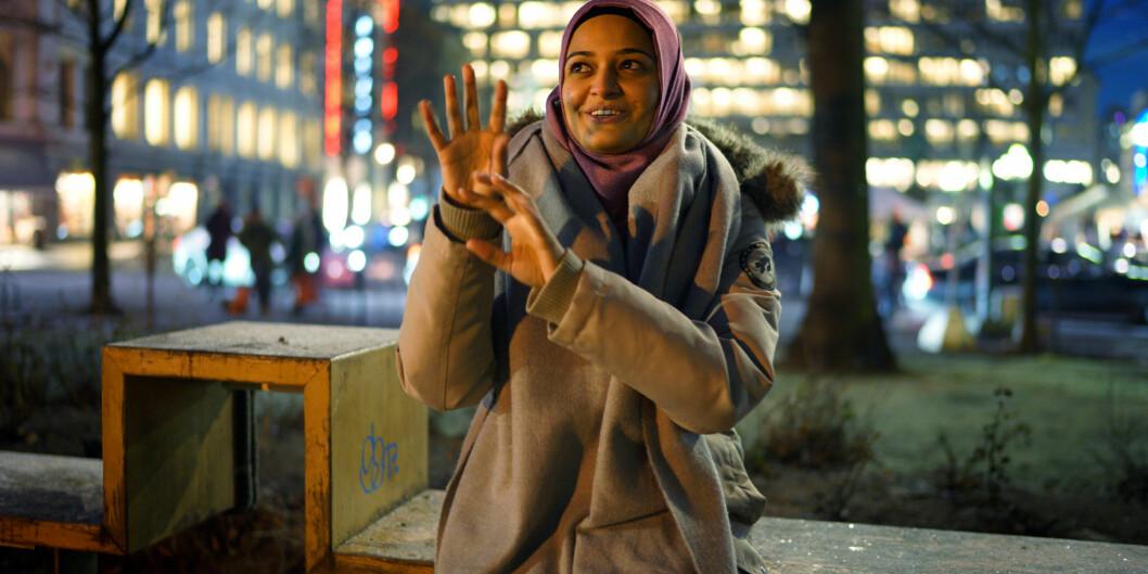 I svært mange offentlige og profesjonelle sammenhenger i Norge i dag ligger det oversettelse og tolking i minst ett ledd, skriver artikkelforfatterne. Bildet viser Årets forbilde i 2016, Lubna Mehdi, som tolker tegnspråk.