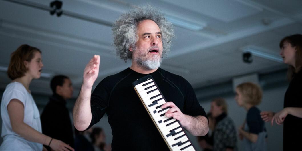 Gjestelærer Sxip Shirey har komponert musikkstykket som skuespillstudentene ved Akademi for Scenekunst i Fredrikstad synger til hverandre parvis, mens publikum kan vandre mellom rekkene i en slagsspissrotgang. Foto: Skjalg Bøhmer Vold