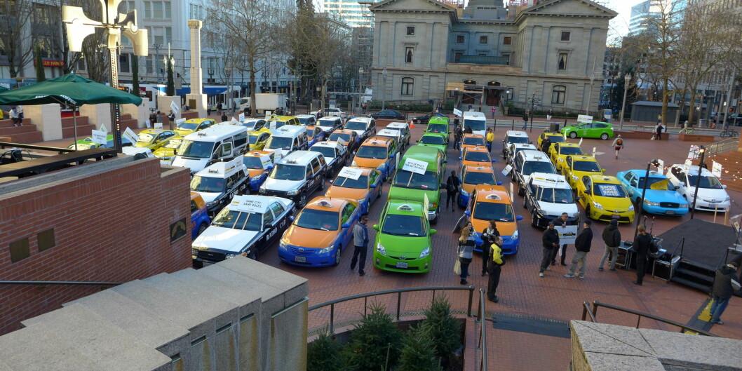 """Den omdiskuterte taxi-tjenesten Uber har møtt motstand frå mange hold. Her frå ein demonstrasjon i Portland, <span class=""""caps"""">USA</span> i januar 2015. Foto: AronParekci/Flickr"""
