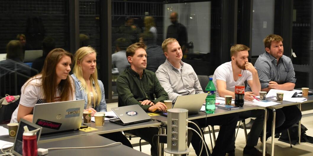 Det siste styret for Studentparlamentet på Høgskolen i Bergen noensinne, på det siste møtet noensinne. Foto: IngvildTømmervåg