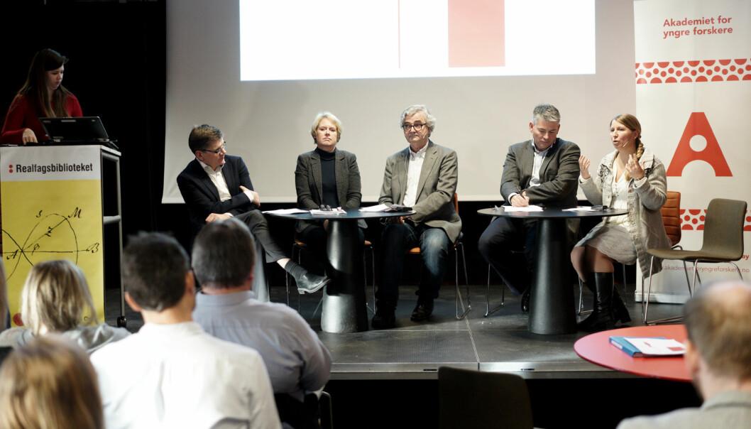 I panelet som diskuterer utfordringer for unge akademikere og framtidige arbeidsmuligheter: Svein Stølen, Marianne Aasen, Petter Aaslestad, Bjørn haugstad og Guro Lind. Foto: KetilBlom