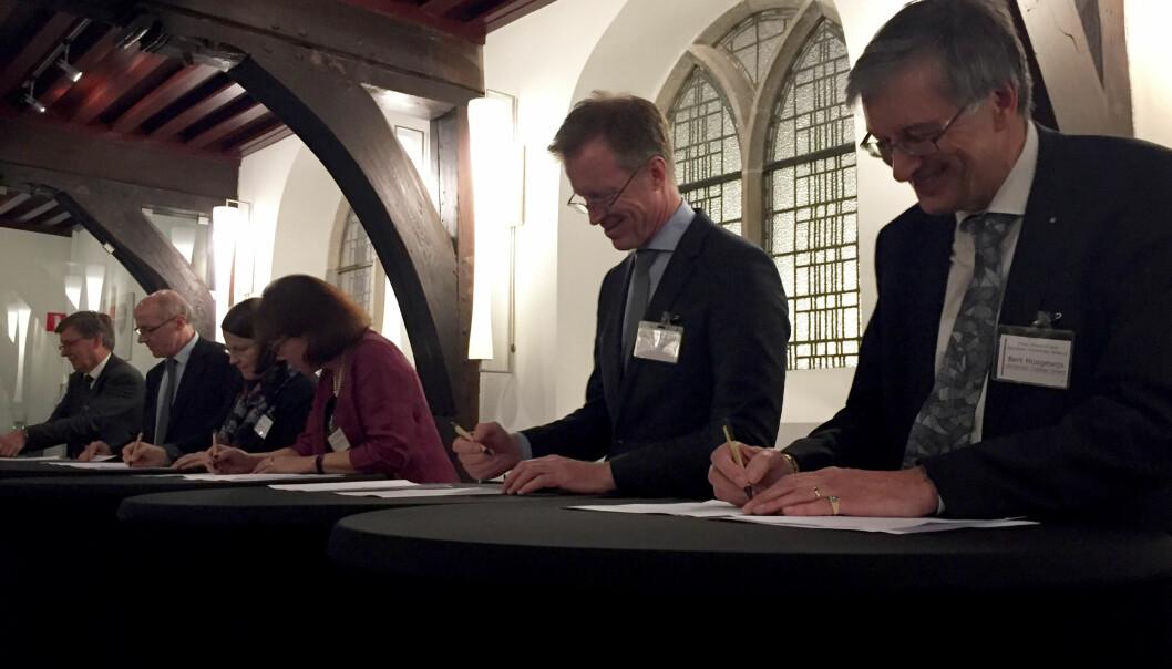 Seks representanter fra hver sin institusjon signerer allianseavtalen som skal sørge for mer student- og kunnskapsutveksling iEuropa.