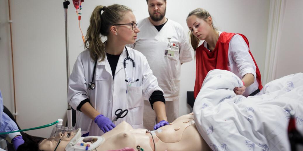 En arbeidsgruppe skal utrede muligheten for flere medisinstudenter i Norge. Her er medisinstudentene Karina Stenerud og Gry Syverstad i samarbeid med sykepleierstudent Bent Sannes. Foto: Nicklas Knudsen