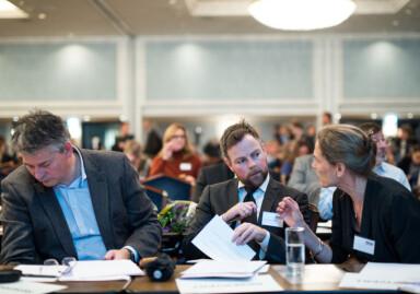 Ikke noe med norsk eller Norge, sier f..v: Statssekretær Bjørn Haugstad, kunnskapsminister Torbjørn Røe Isaksen . Foto: Skjalg Bøhmner Vold