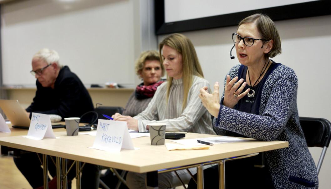 Professor Marit Kirkevold (t.h.) leder Nasjonalt profesjonsråd for utdanning og forskning innen sykepleie. Bildet er tatt under en debatt om pensumlitteraturen isykepleiefaget. Foto: ketil blom haugstulen