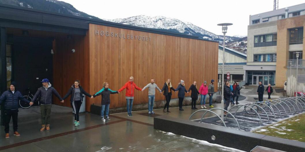 Tilsette, studentar og andre som er glade i høgskulen i Sogndal laga onsdag 28. januar 2016 lenkering for å vise at dei vil hegne om studiestaden sin. Foto: Mats Jahn, Studentparlamentet