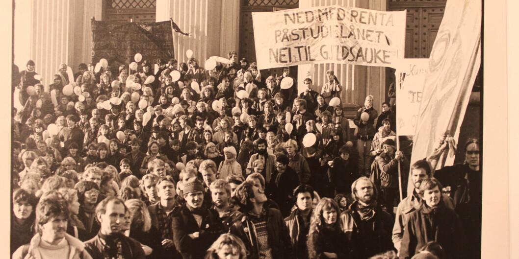 """Her demonsterer studenter utenfor Stortinget 9.november 1983. På plaktene står det «Ned med renta på studielånet. Nei til gjeldsauke». Tema er fortsatt aktuelt i dag. Foto: <span class=""""caps"""">NSO</span>"""