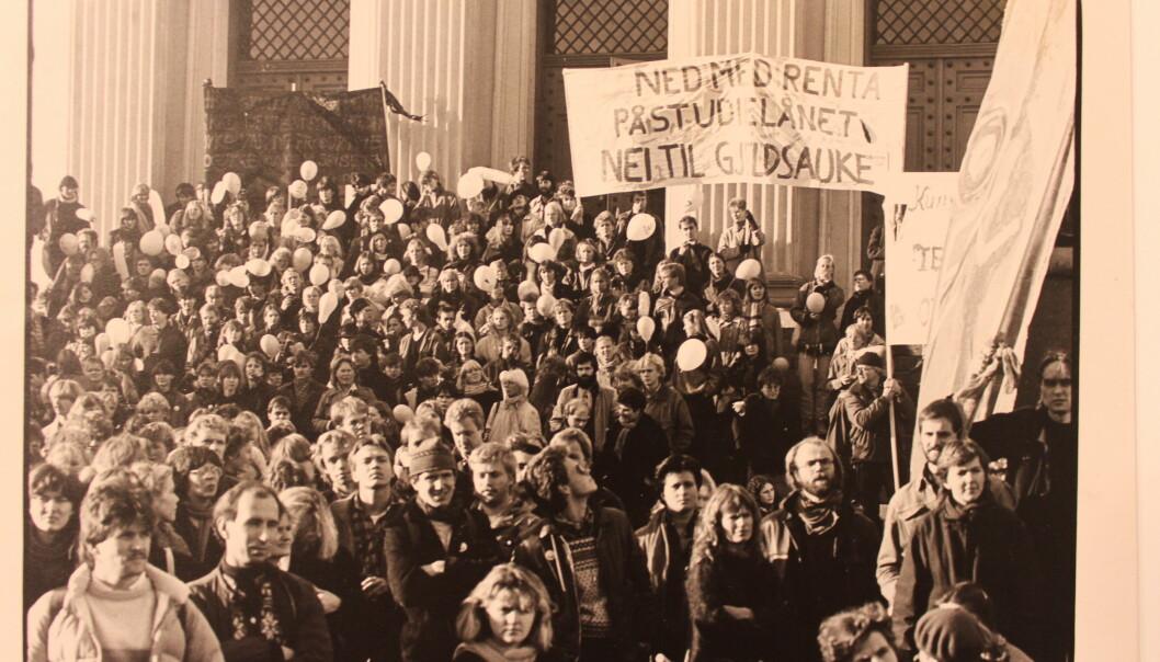Her demonsterer studenter utenfor Stortinget 9.november 1983. På plaktene står det «Ned med renta på studielånet. Nei til gjeldsauke». Tema er fortsatt aktuelt i dag. Foto: NSO