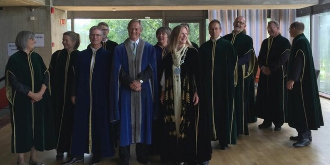 """Rektor på <span class=""""caps"""">NMBU</span>, Mari Sundli Tveit, sammen med sin ledelse da hun tiltrådte for snart fire år siden. Foto: <span class=""""caps"""">NMBU</span>"""