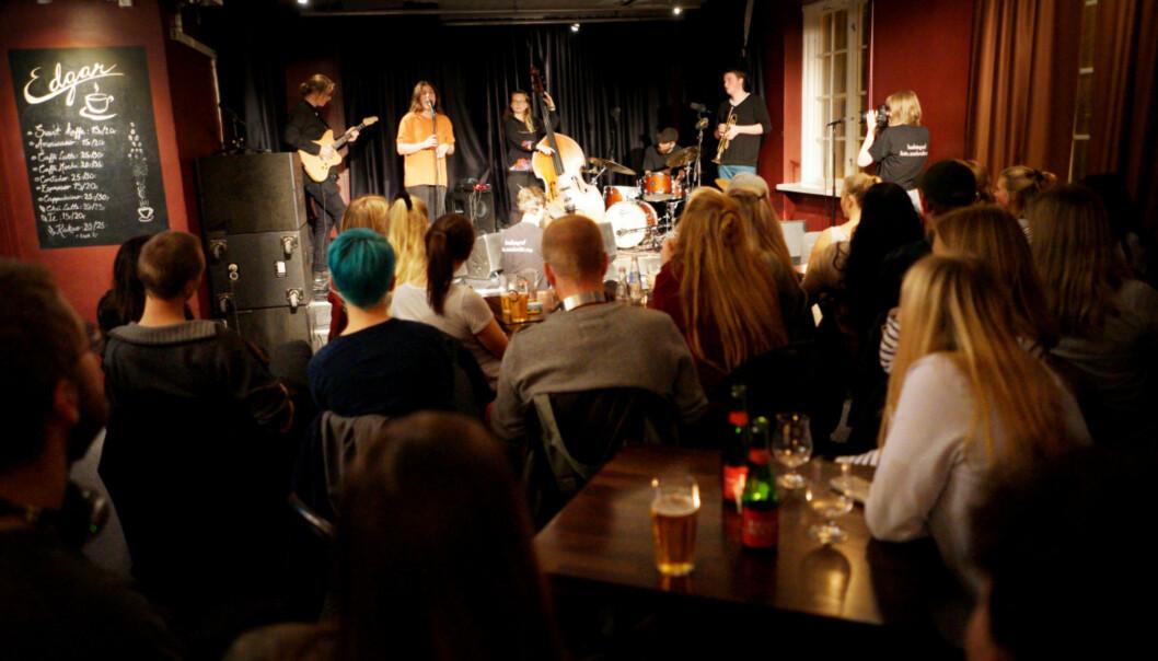 Studenter i Trondheim har funnet seg tilrette foran scenen i «Edgar». De lytter til et jazzband som består av studenter fra Bergen. Foto: KetilBlom