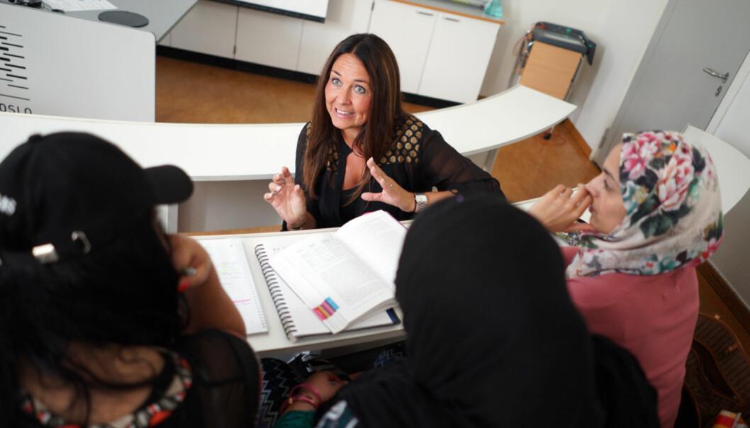 Stipendiat ved lærerutdanningen på HiOA, Anne-Greie Kaldahl, sier hun er klar for å konkurrere mot «statusyrkene». Her er hun sammen med pedagogikkstudentene hun foreleser for. Foto: KetilBlom