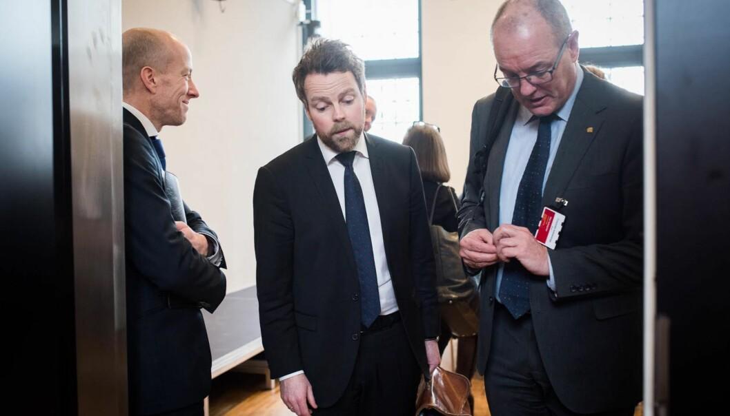 Kunnskapsminister Torbjørn Røe Isaksen omdisponerer vel 100 millioner kroner i revidert budsjett, men dette svekker ikke sektoren, mener Universitets- oghøgskolerådet.