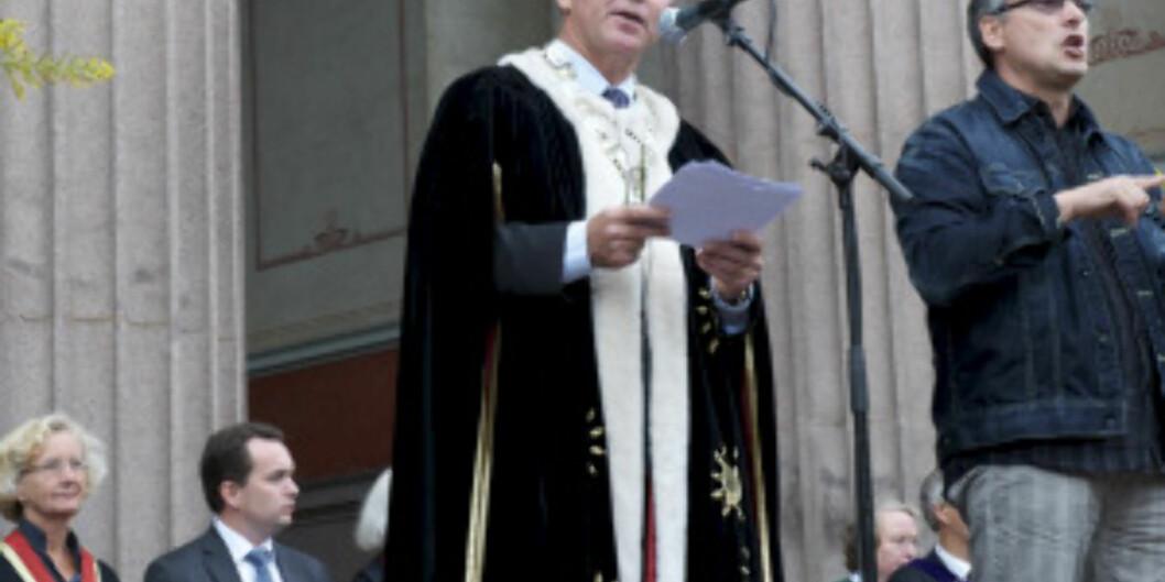 Rekto Ole Petter Ottersen ønsker de nye studentene velkommen på Universitetsplassen 17. august 2010 Foto: Francesco Saggio
