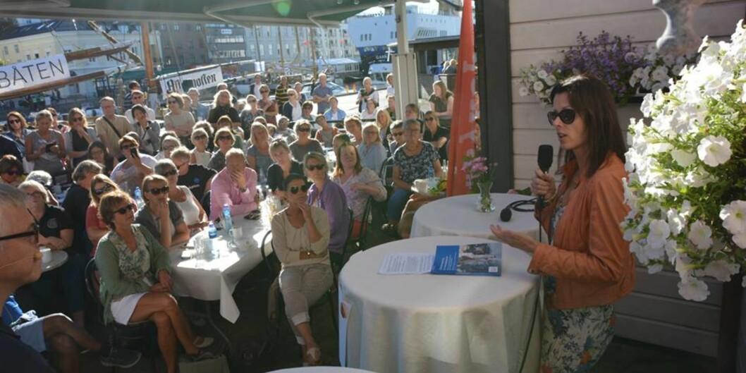 """<span class=""""caps"""">NOVA</span>-forsker Heidi Gautun kunne fortelle et godt besøkt debattmøte i Arendal at halvparten av sykepleierne i sykehjem og hjemmesykepleien sier at de vurderer å slutte. Foto: NorskSykepleierforbund"""
