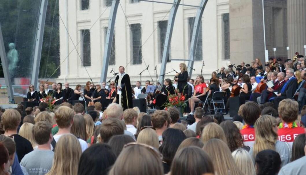 Varm kappe på solrik dag for UiO-rektor Ole Petter Ottersen foran 4000 spentestudenter.