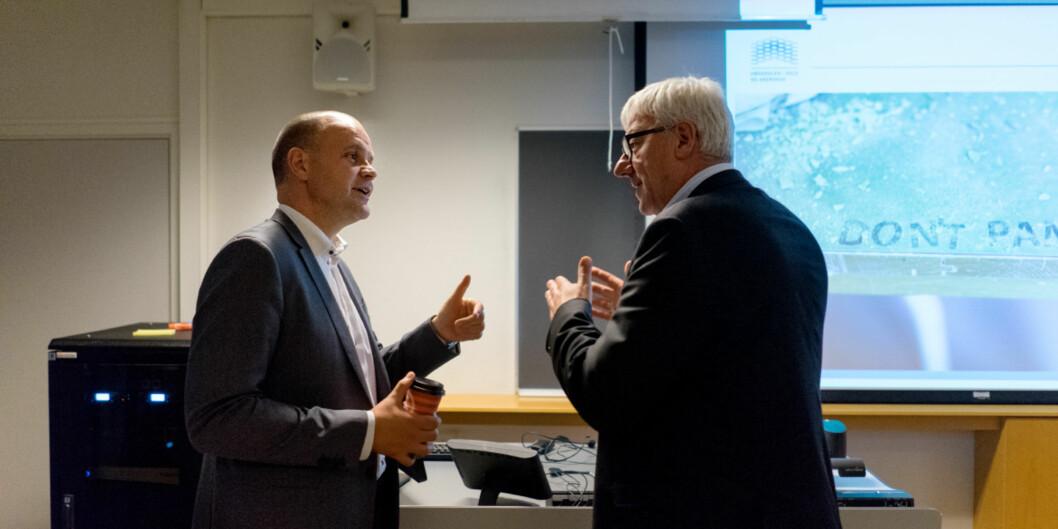 Direktør Tore Hansen (t.h,) sammen med Rambølls Leif Laszlo Haaning da den første Rambøll-rapporten ble lagt fram for de ansatte i 15.august 2016. Don`t panic! sto det på veggen. Foto: KetilBlom