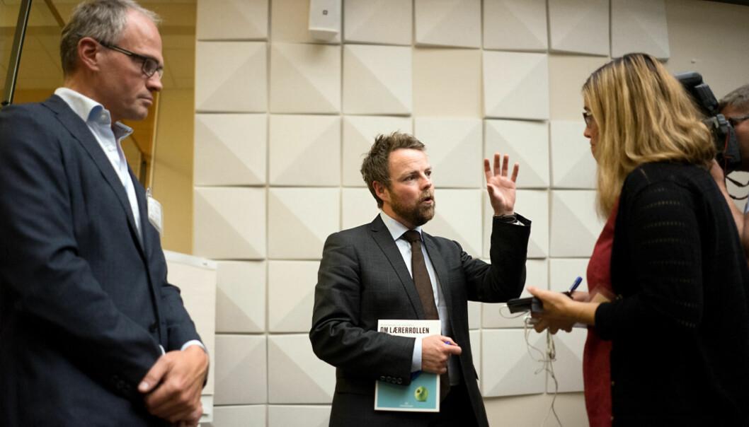 NTNU-professor Thomas Dahl (t.v.) overrakte ekspertgruppens rapport om lærerrollen til kunnskapsminister Torbjørn Røe Isaksen mandag. Foto: KetilBlom