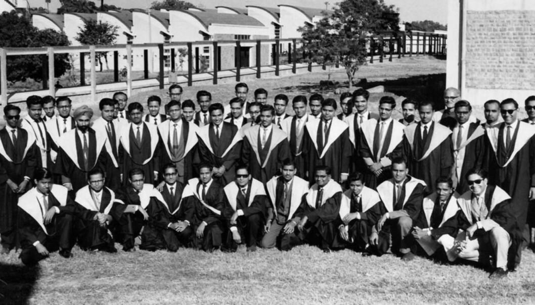 Disse mannlige studentene var de første som tok en grad ved Indian Institute of Technology. Året er 1962. Iført kapper etter modell fra Storbritannia tok de i mot diplomene sine. Foto: IIT