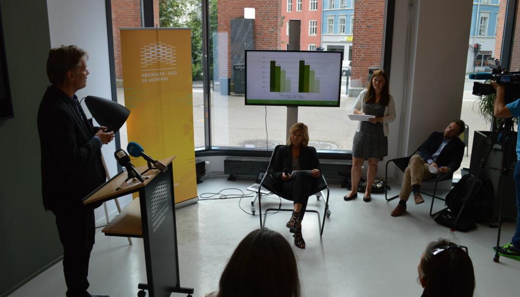 Geir Sverre Andersen presenterer opptakstallene. Ingvild Straume og Nina Waaler lytter oppmerksomt sammen med kunnskapsminister Torbjørn RøeIskasen.