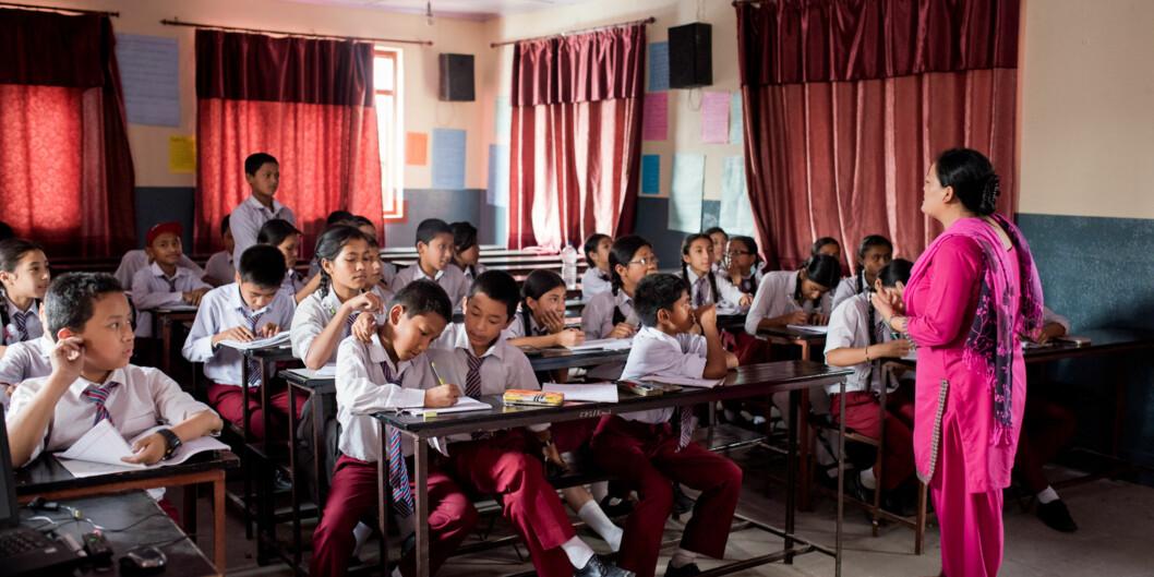 Mina Suwal underviser på Medha Secondary School i Nepal. Hun synes det er fint at hun kan ta en online master på Kathmandu University. Foto: Skjalg Bøhmer Vold