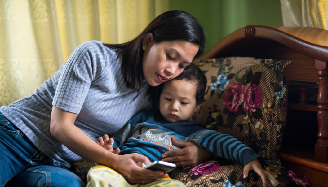 Sønnen Ethan er den viktigste grunnen til at læreren Roseta Dela Rosa Tamang har valgt å ta nettbasert masterstudium. Hun synes det er vanskelig å være borte fraham. Foto: Skjalg Bøhmer Vold