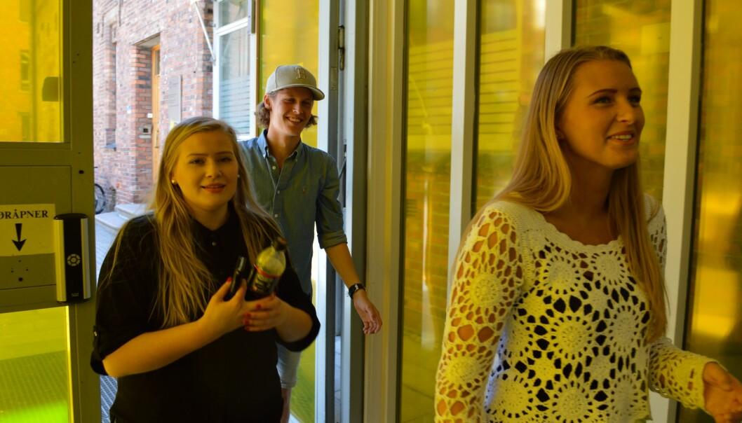 Hannah Antvort, Carl Eyde og Louise Hole på vei inn igjen til forkurset i matematikk ved HiOA. Foto: ØysteinFimland