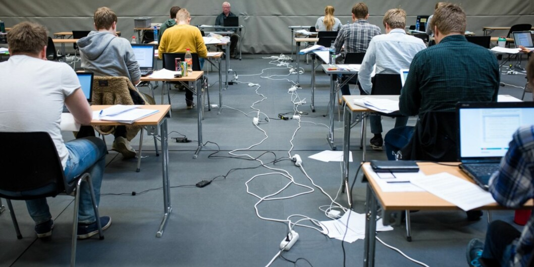 Flere titalls studenter må ta eksamen på nytt etter faglæreren ved et uhell gjorde eksamensoppgaven tilgjengelig for tidlig. Studentene på bildet har ingenting med saken å gjøre. Arkivfoto: Skjalg Bøhmer Vold