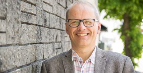 Rektor på NLA Høyskolen, Erik Waaler, tar i mot råd fra Nybø og vil se på utleieprakisen til høgskolen. Foto: NLA
