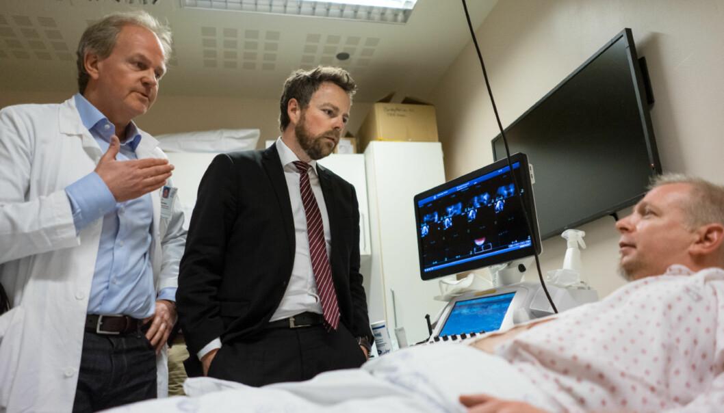 Kunnskapsminister Torbjørn Røe Isaksen møtte hjertepasient Thomas Abrahamsen på Center for Cardiological Innovation (CCI). Her sammen med senterleder Thor Edvardsen. Foto: KetilBlom