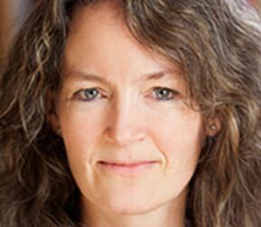 Professor Elisabeth Gording Stang sier hjemmekontor kan bli krevende for mange. Selv vil hun prøve å ha vanlig struktur på dagene, og gjerne en tur ut i frisk luft. Foto: OsloMet