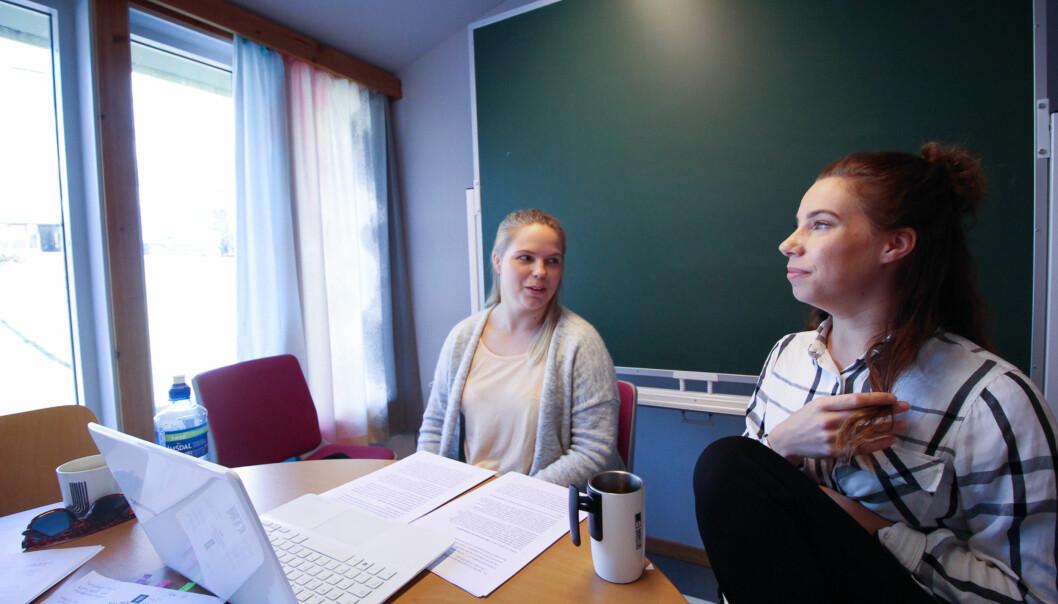 Janne Guttorm (t.v.) og Tina Myreng er en del av det andre kullet som om en knapp måned er ferdig utdannet lærere med integrertmastergrad.