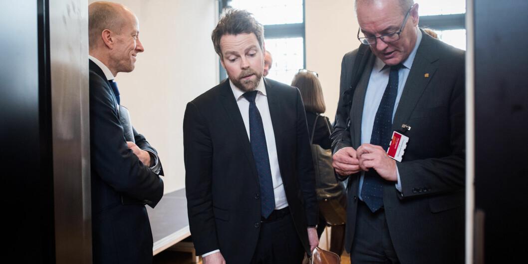 Kari Melby, prorektor forskning for Gunnar Bovim på NTNU gir råd til Torbjørn Røe Isaksen om hvordan Norge kan bli flinkere til å bygge fremragende miljøer. Foto: Skjalg Bøhmer Vold