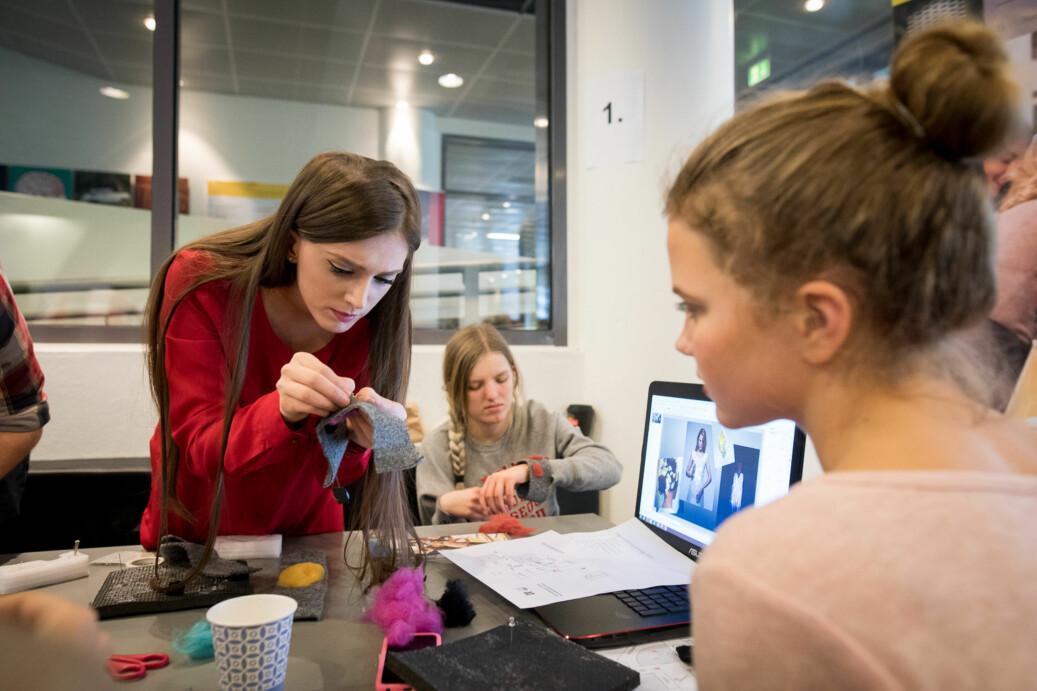 Disse studenter og elever jobber med inteligente tekstiler under konferansen Jenter og teknologi. Artikkelforfatterne spør hvorfor OsloMet utelater kunst og design fra sitt nye doktorgradsorogram. Foto: Skjalg Bøhmer Vold