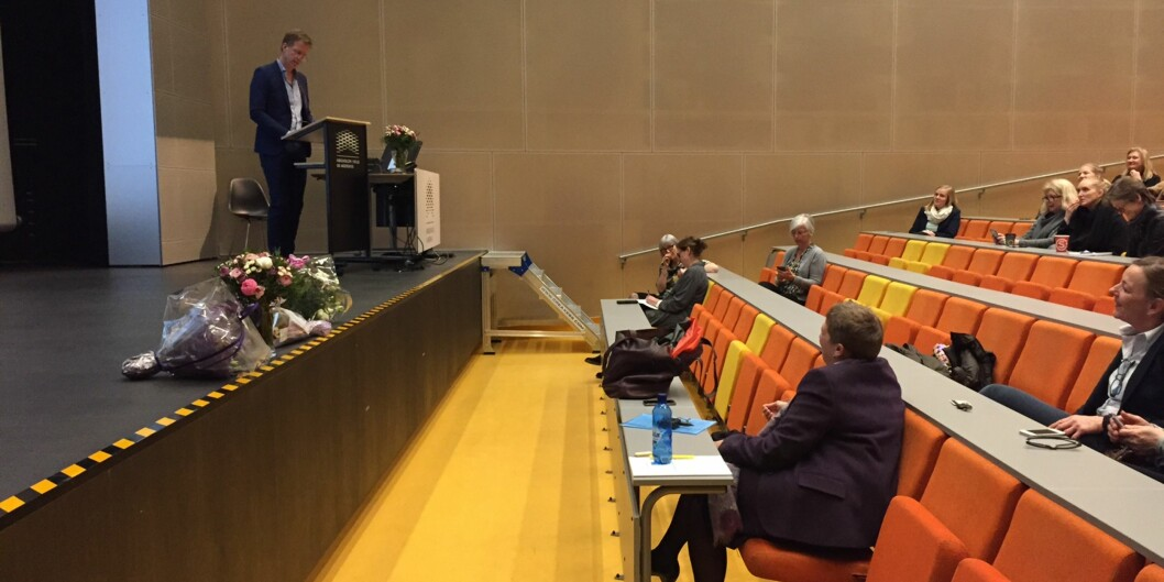 Rektor på Høgskolen i Oslo og Akershus, Curt Rice gratulerer Norges andre professor i jordmorfag og HiOA-ansatt MirjamLukasse.