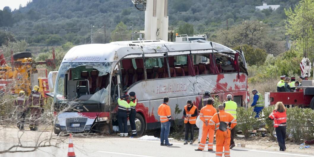 """Brannmenn jobber ved ulykkesstedet nordøst i Spania der 13 utvekslingsstudenter mistet livet i en bussulykke tidlig på morgenen palmesøndag. Foto: <span class=""""caps"""">NTB</span>scanpix Foto: AA"""
