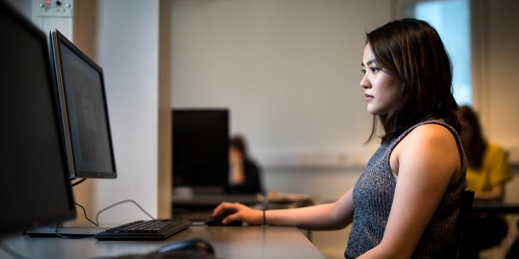 Student på informasjonsteknologi, Cathrine Kieu Trang Bui (23) blir møtt med mange fordommer som jente i et «guttete»datamiljø. Foto: Skjalg Bøhmer Vold