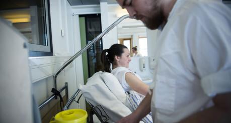 Fagarbeidere under 25 år skal få starte på studier i sykepleie