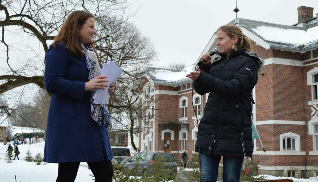 Rektor på NMBU, Mari Sundli Tveit, mottar her ca 950 underskrifter fra Forskerforbundets leder på NMBU, Lena Marie Kjøbli, i forkant av denne ukes styremøte. Foto: EvaTønnessen