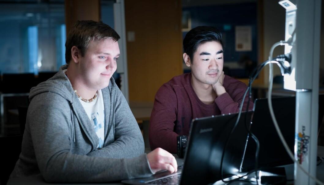 Dataingeniørstundetene Adrian Siim Melsom (22) og Kim Long Vu (20) går på ett av de studiene på Høgskolen i Oslo og Akershus der flest stryker på eksamen. Foto: Skjalg BøhmerVold