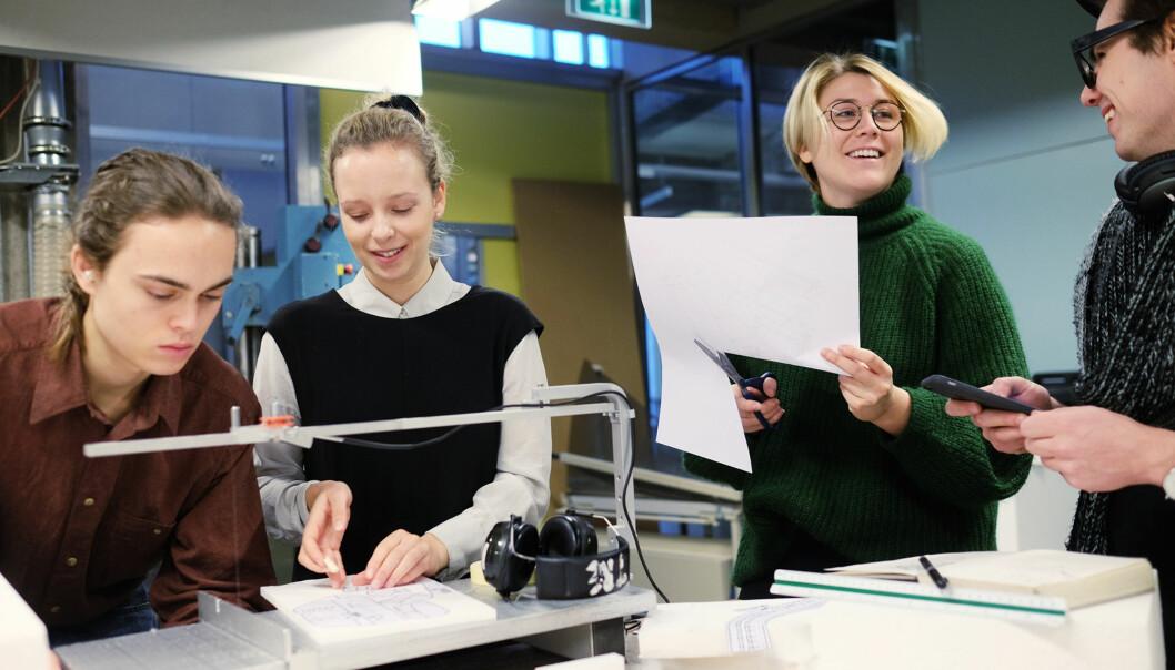 Lena Margrethe Hoen Berge (m.v.) og Hannah Stoveland Blindheim (m.h.) sier studiet blir en del av livsstilen. For dem er det ikke uvanlig å være på skolen fra de står opp til de legger seg. Foto: KetilBlom