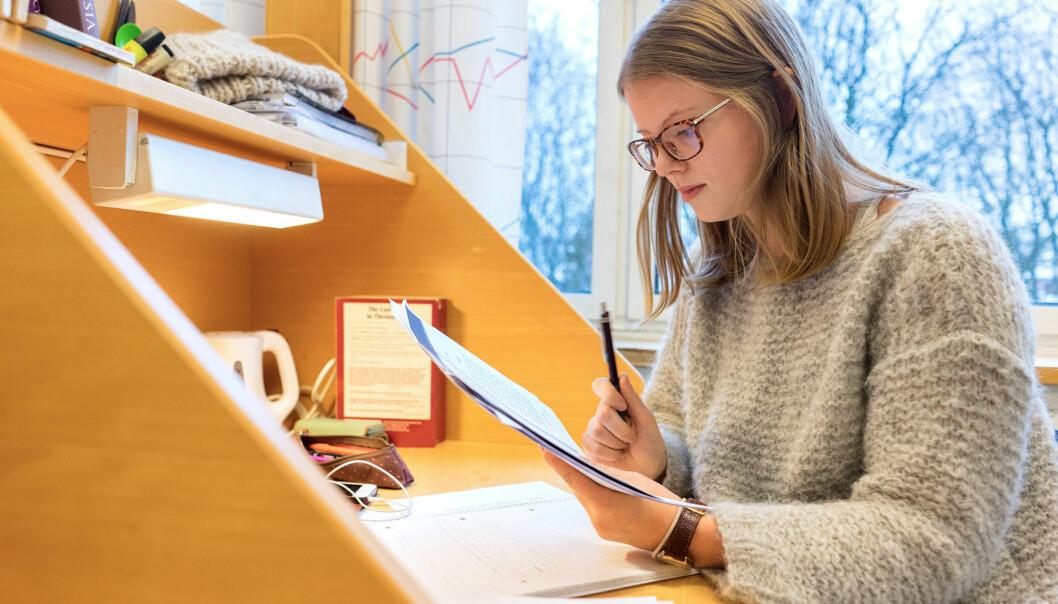 Linda Hjelle studerer kinesisk og forteller at hun bruker langt mer tid på studiene sine enn en snittet av språkstudenter oppgir i Studiebarometeret. Foto: KetilBlom