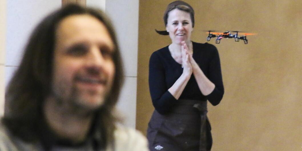 """Finland og Norge skal ha noen av verdens mest liberale droneregler. Her sjarmerer <span class=""""caps"""">NRK</span> Betas drone publikum under dronekonferansen i universitetsaulaen i Bergen i forrigeuke Foto: Dag Hellesund"""