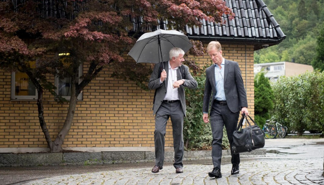Rektor ved Høgskolen i Oslo og Akershus, Curt Rice (t.v.), tar bort krav om masterutdanning for toppdirektør ved høgskolen. Fungerende toppdirektør for organisasjons- og virksomhetsstyring, Tore Hansen,(t.v.).