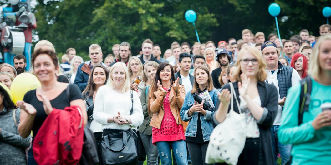 Studenter og faddere under åpningssermoniet av studiestart på St. Hanshaguen. Foto: Skjalg Bøhmer Vold