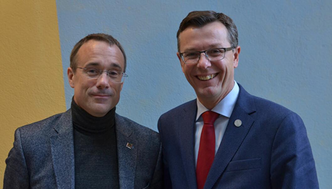 Rektor ved Høgskulen i Volda, Johann Roppen (t.v.) og Dag Rune Olsen, rektor ved Universitetet i Bergen skriver brev tilhverandre. Foto: Johann Roppen