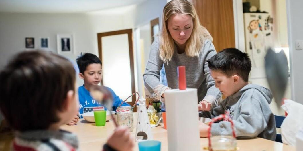 Journaliststudenten Therese Moe er en av mange norske studenter som har barn. Her er hun ved frokostbordet med sønnene Milo (t.v.), Leo ogSilas.